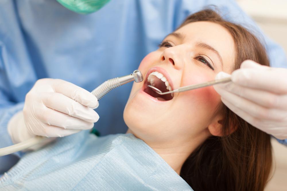 dentysta wykonuje zabieg pacjentce