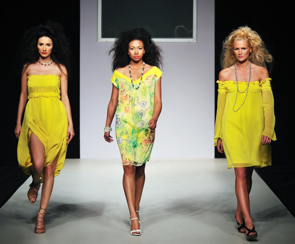 pokaz mody trzy kobiety na wybiegu