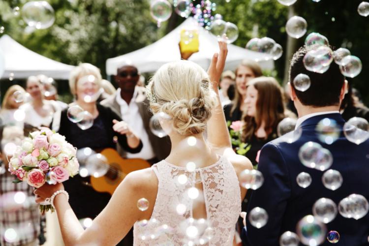młoda para podczas uroczystosci weselnej