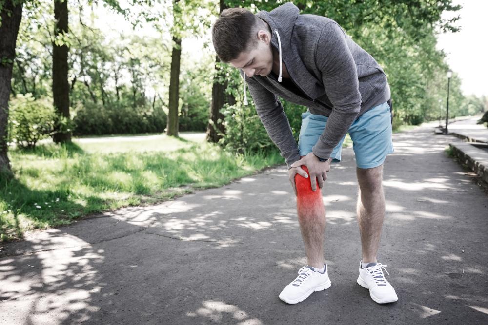 mężczyzna który doznał urazu kolana