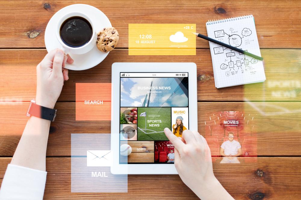 biznesmen tworzący grafike na tablecie