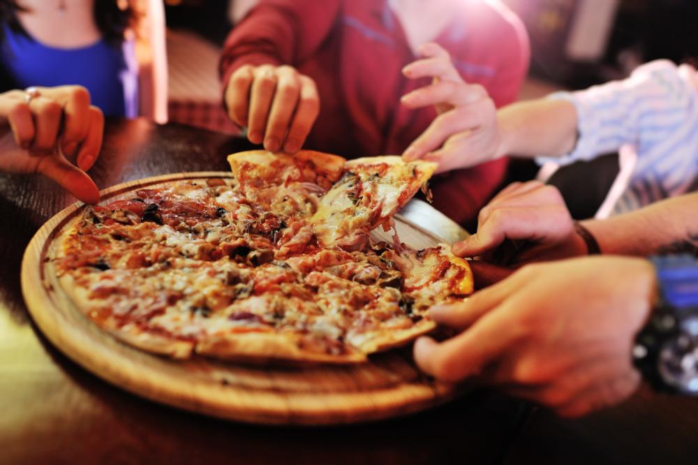 pizza jedzona przez grupe znajomych