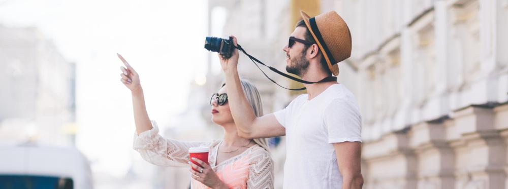 mężczyzna i kobieta zwiedzający miasto