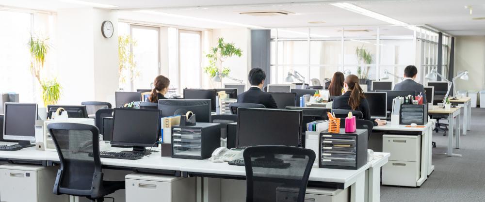 pracownicy w dużym biurze