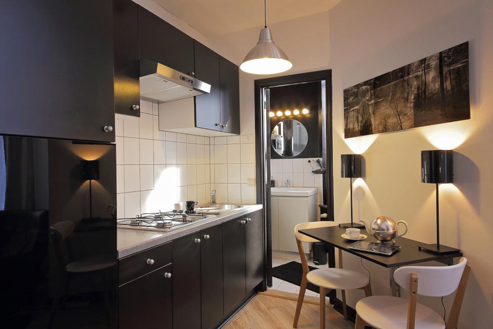 mała kuchnia z ciemnymi meblami